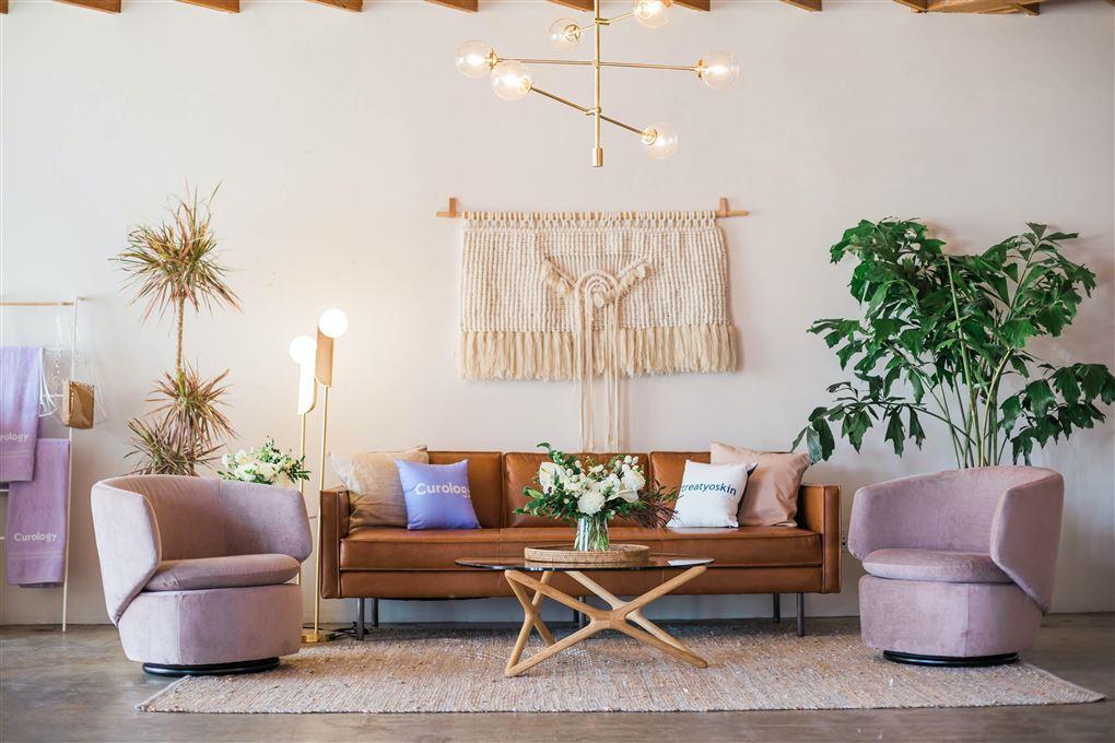 En stue med smarte møbler