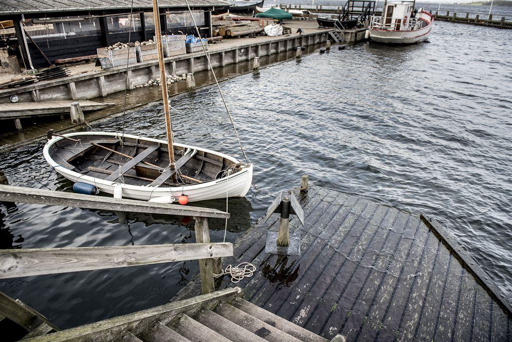 En robåd i en lille havn