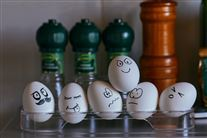 Nogle kogte æg med små ansigter på