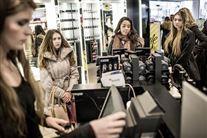 billede fra en butik med kunder