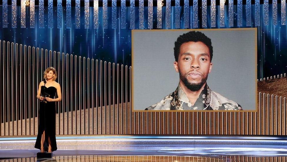 billede af Chadwick Boseman vises under uddelingen