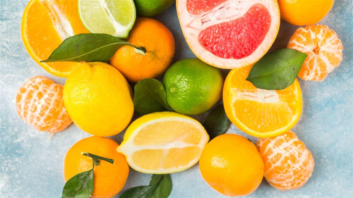billede af citrusfrugter på et bord