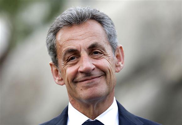 frankrigs tidligere præsident Nicolas Sarkozy smiler