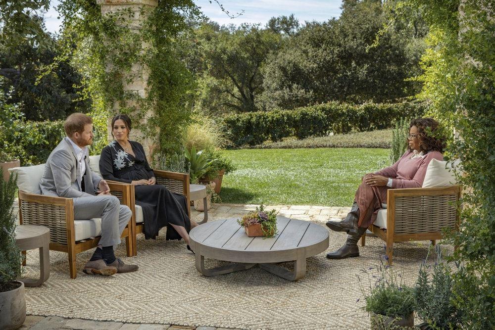 prins harry og meghan markle sidder i sogfa og interviewes af Oprah Winfrey