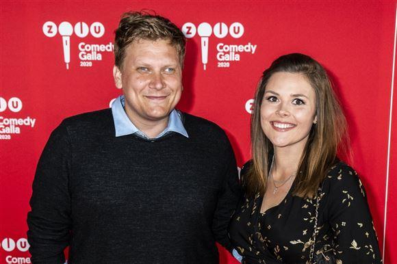 komikeren heino hansen på den røde løber med sin kæreste cecilia