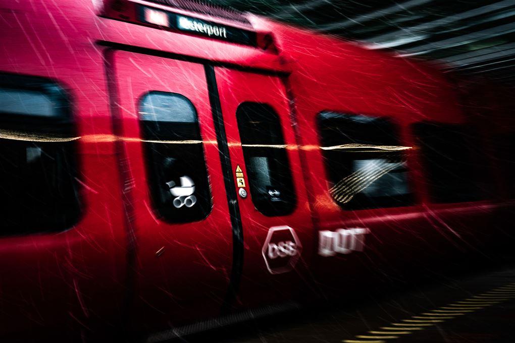 Et S-tog med den velkendte røde farve.