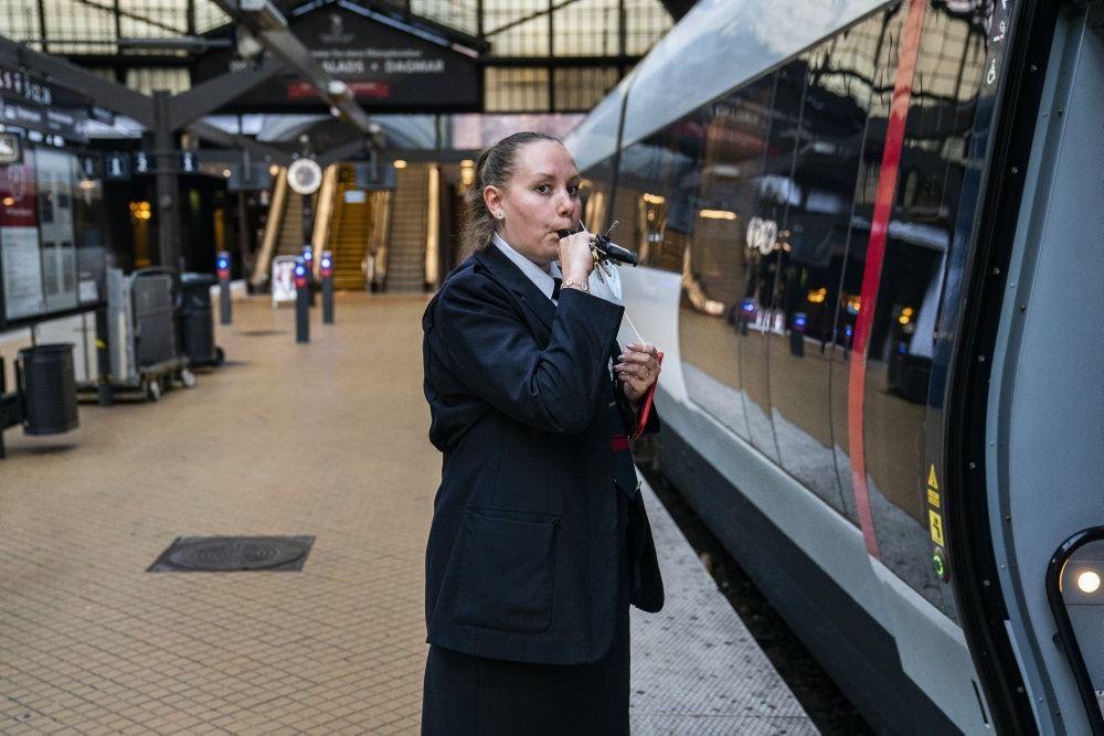 en kontrollør  ved et tog på Hovedbanegården