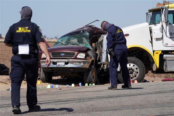 En kæmpe lastbil har vædret en SUV