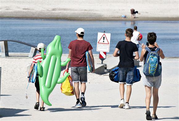 billede af turister på dansk strand