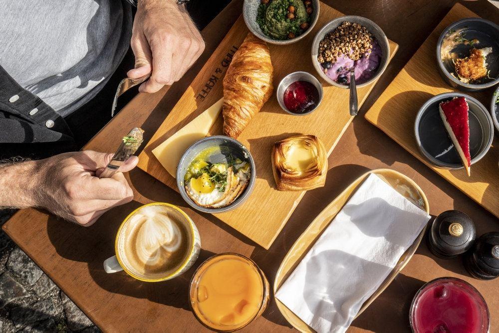 Et morgenbord med kaffe