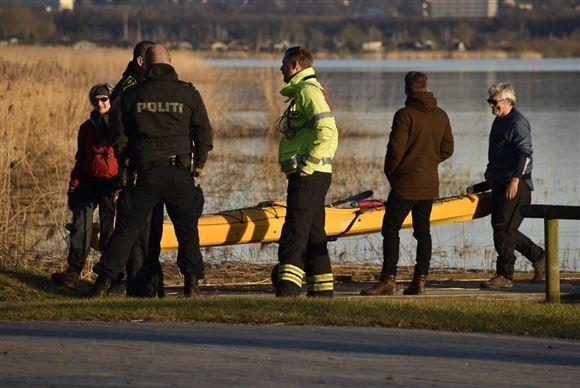 Politi og beredskab ved søen sammen med to kajakroere.