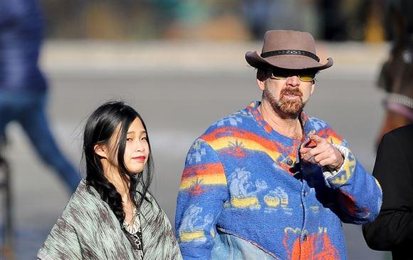 skuespilleren nicholas cage går sammen med sin kæreste