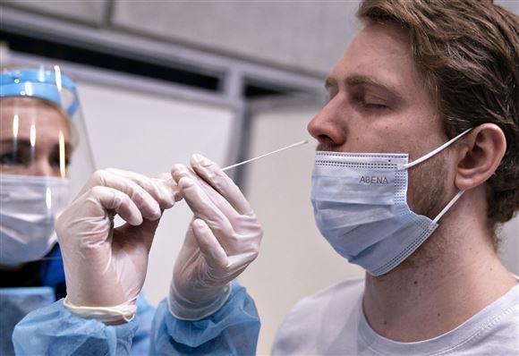 Mand podes med vatpind i næsen