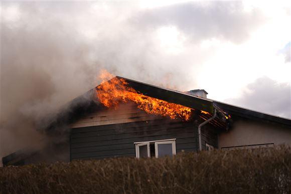 Brand i gavl på villa.