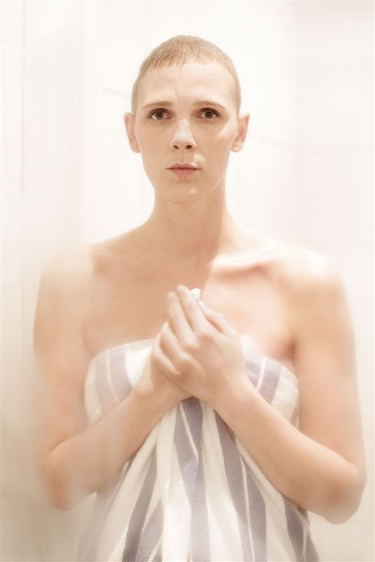 En kvinde med et håndklæde omkring sig
