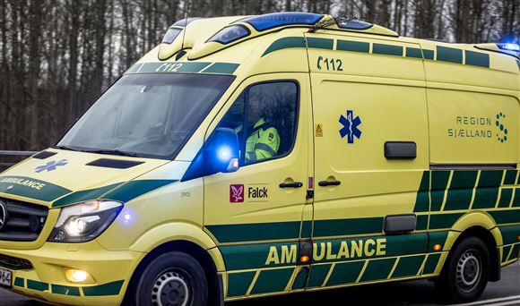 Ambulance kører på vej