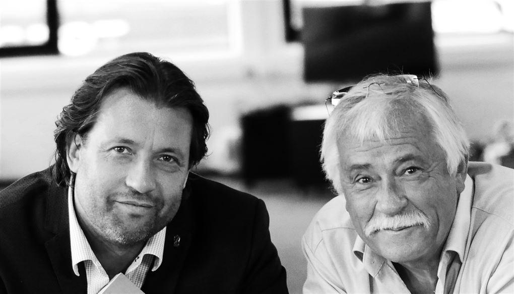 En yngre herre med sort hår ved siden af en ældre med gråt hår