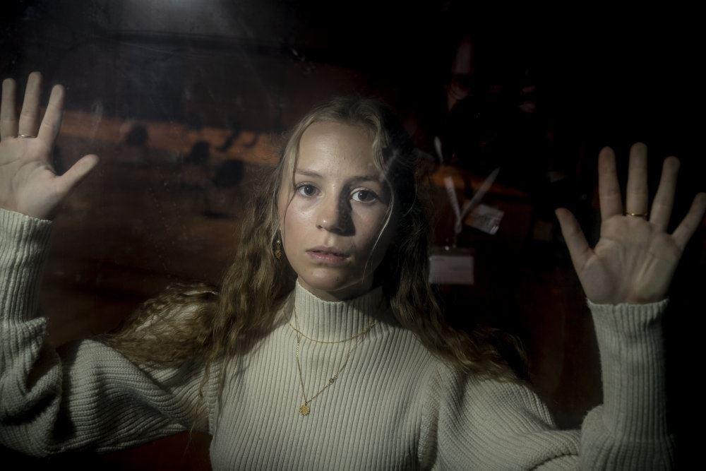"""Flora Ofelia Hofmann Lindahl i scene fra """"Ulven kommer"""""""