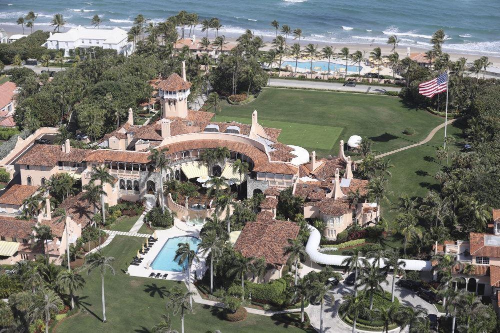 Det enorme resort set fra luften. Det er omgivet af pools og palmer.