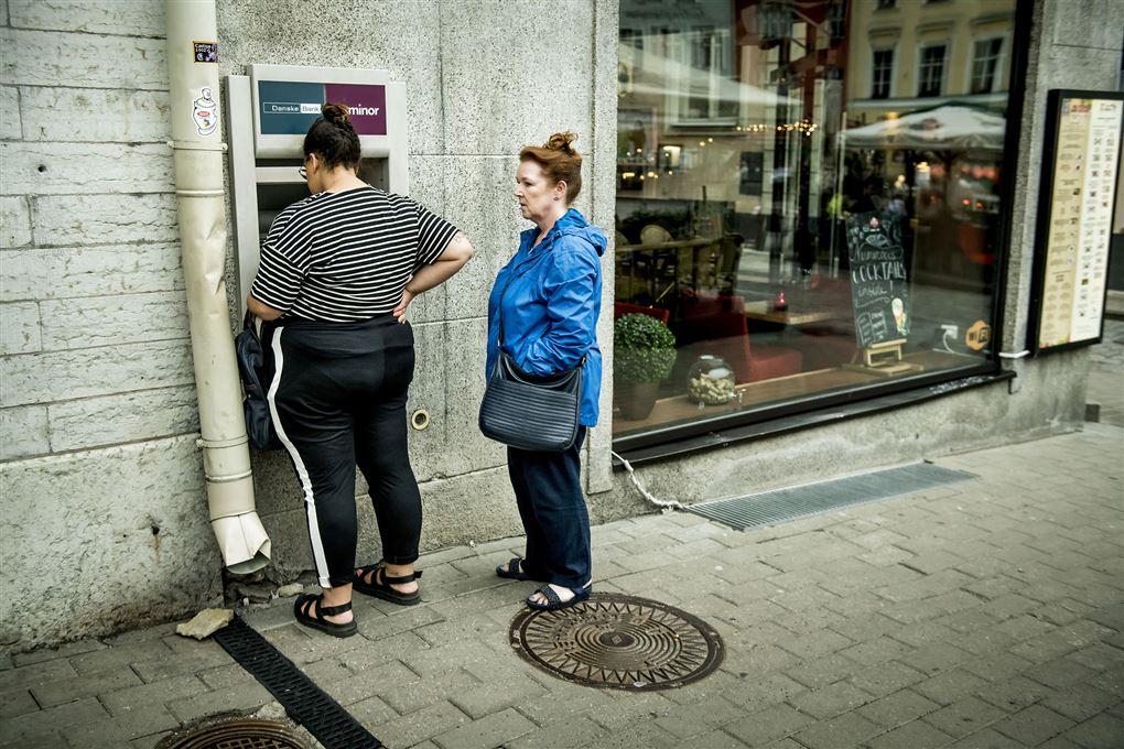 To damer foran en hæveautomat