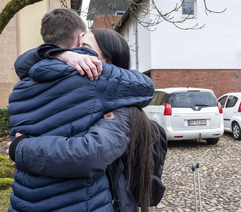 To unge mennesker krammer