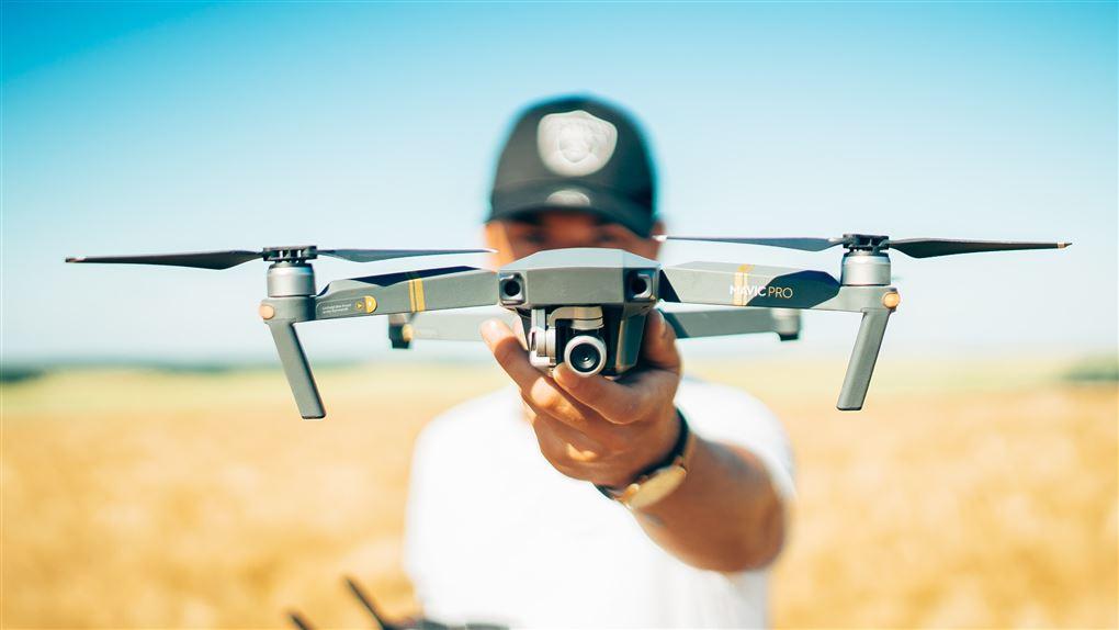 person med en drone