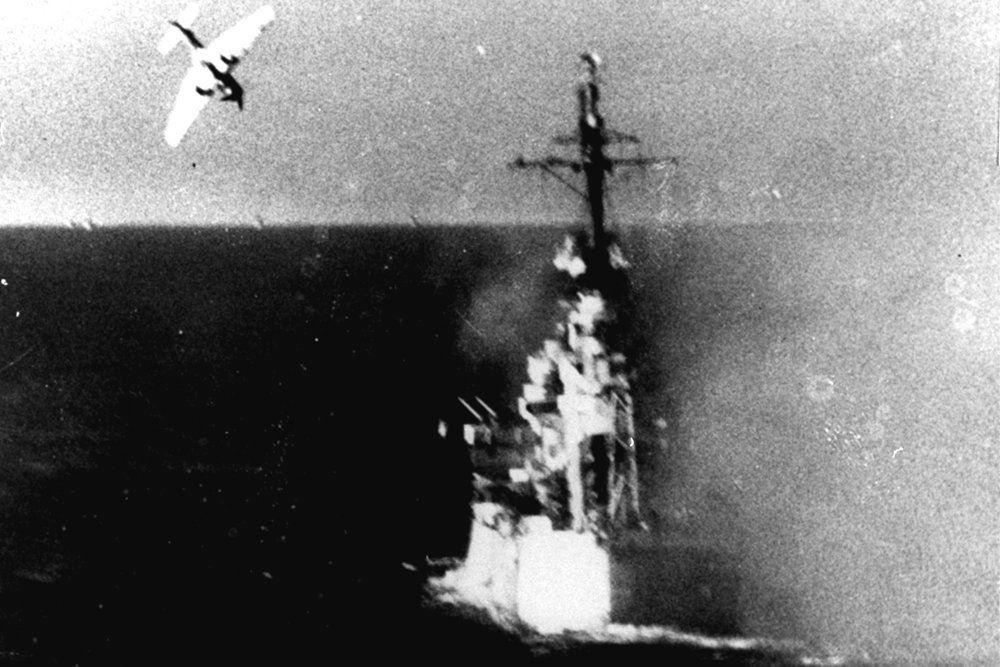 kamikazeangreb fra japansk fly i søslag under 2. verdenskrig
