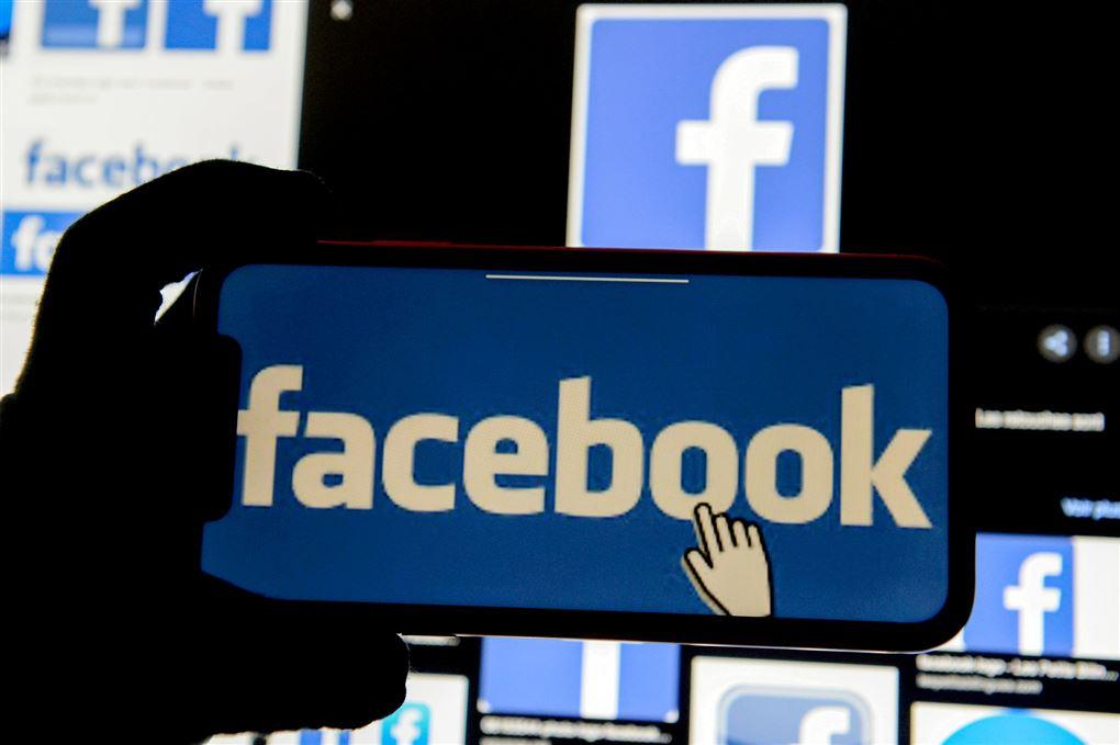 Facebook-logo på mobiltelefon