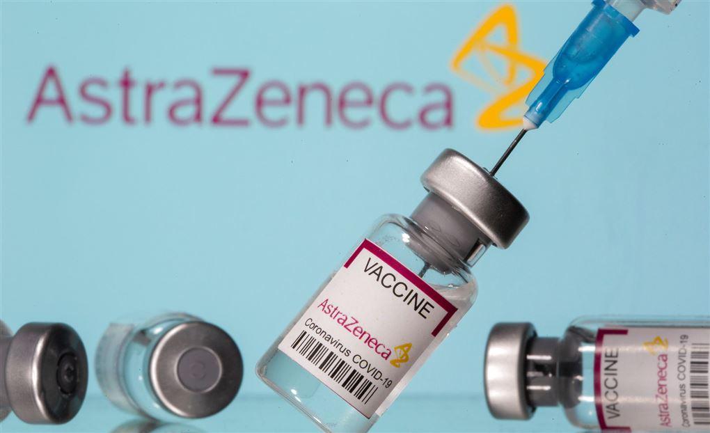kanyle på vej ind i glas med coronavaccine fra AstraZeneca