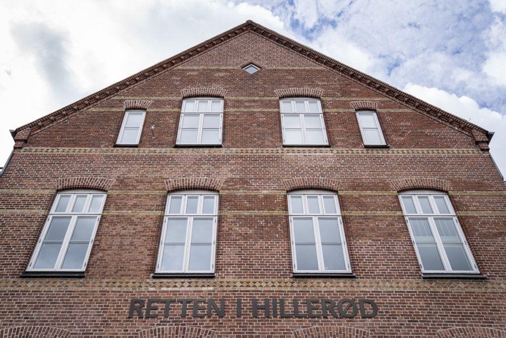Retten i Hillerød set udefra. Det er en rødstens bygning.