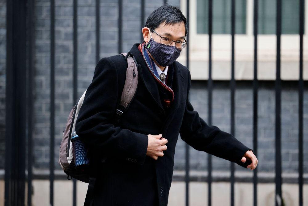 en mand med et mundbind ved Downing Street 10.
