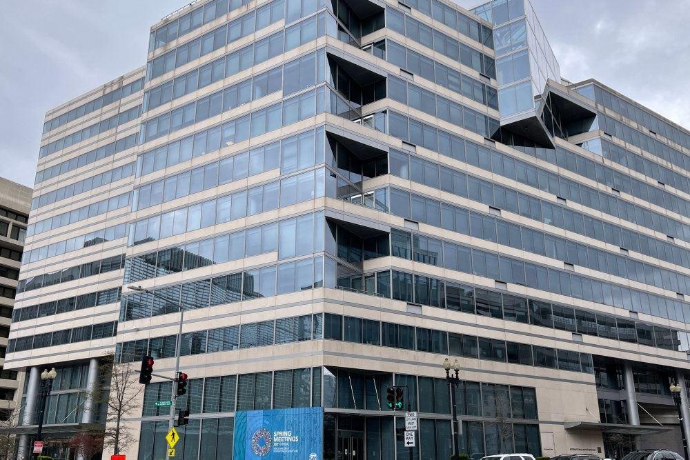 IMFs hovedkvarter med stor glasfacade.