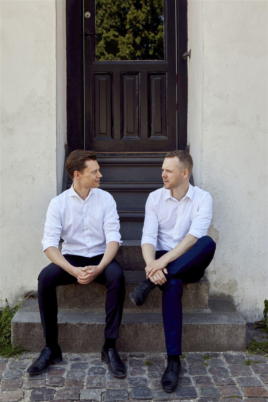 To unge mænd på trappesten i skjorteærmer
