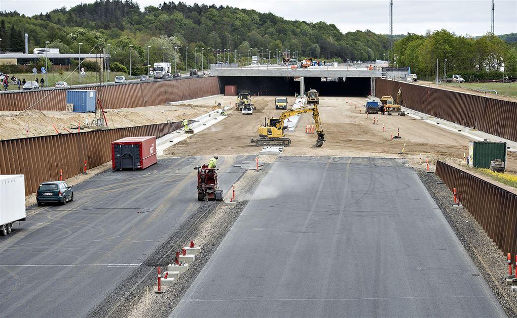 En stor motorvej og en tunnel bygges