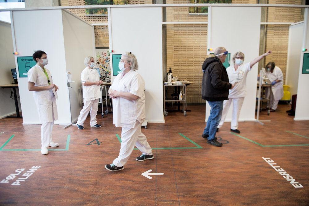 borgere og sundhedspersonale  i vaccinationscenter