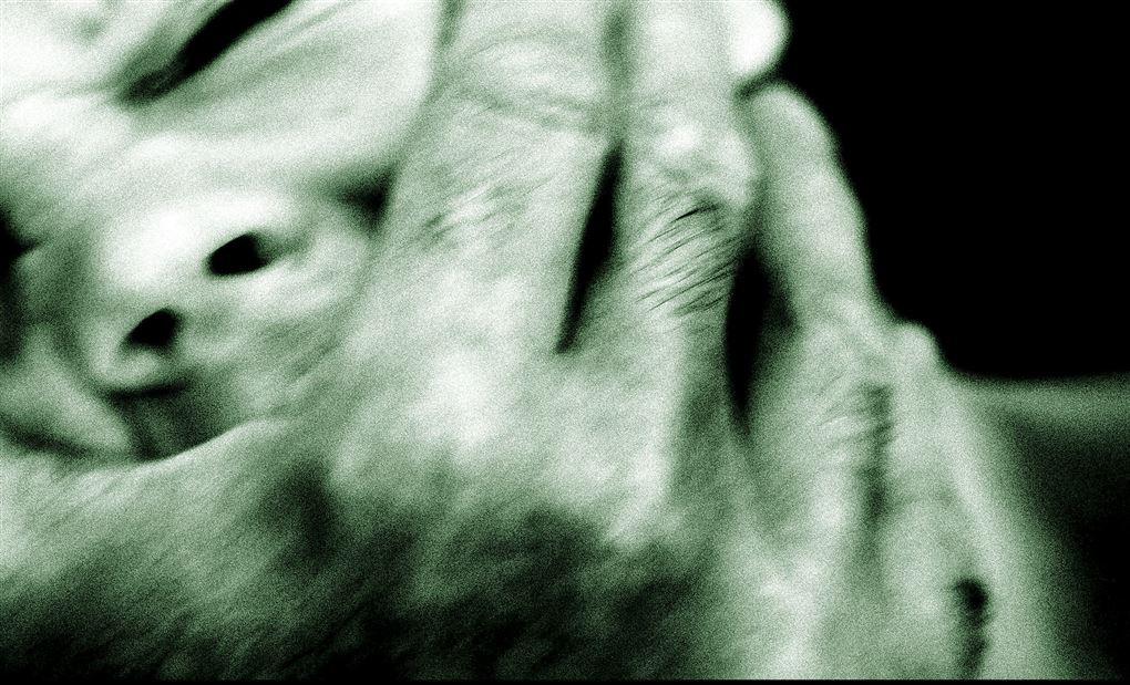 opstillet foto af kvinde der bliver overfaldet