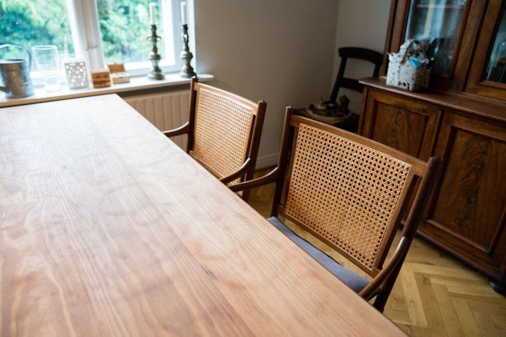 træbord og stole står i stue
