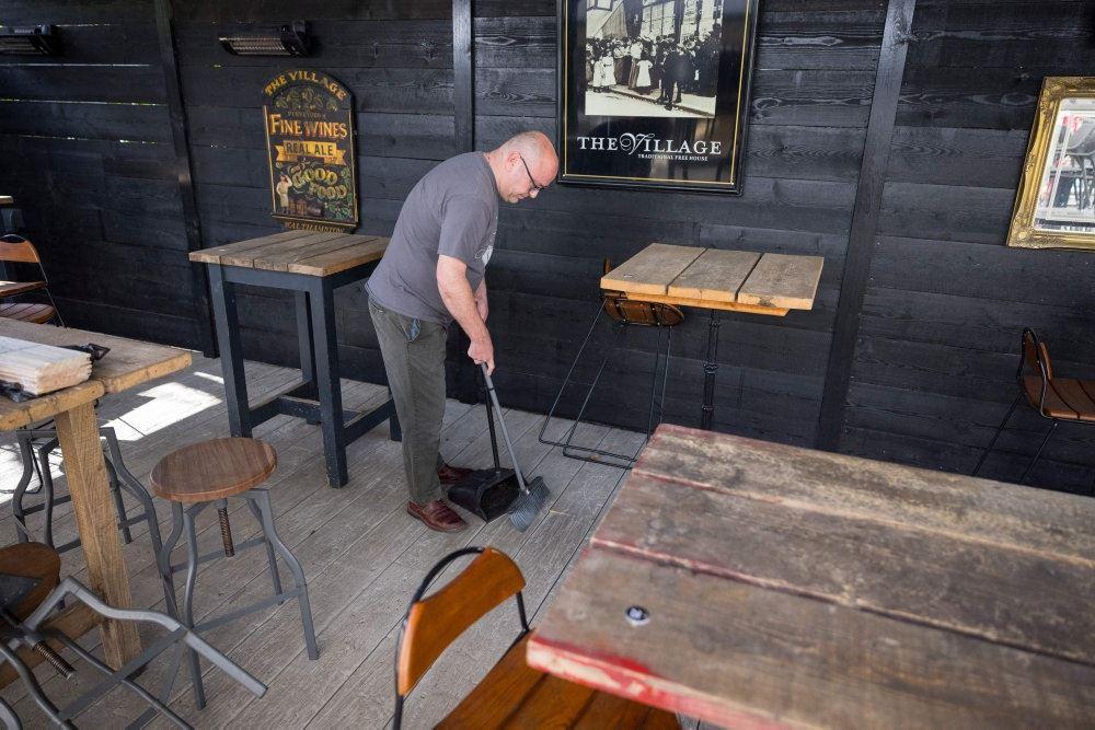 mand fejer gulv i pub