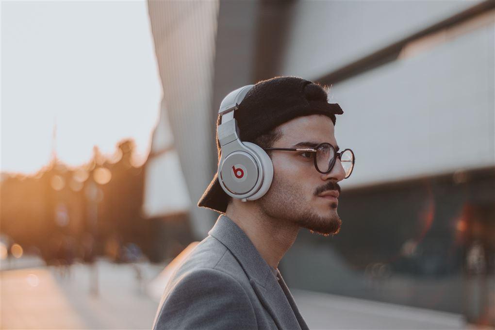 Mad med høretelefoner på ørerne