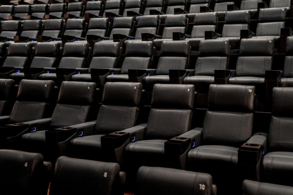 En tom biografsal med sorte sæder.