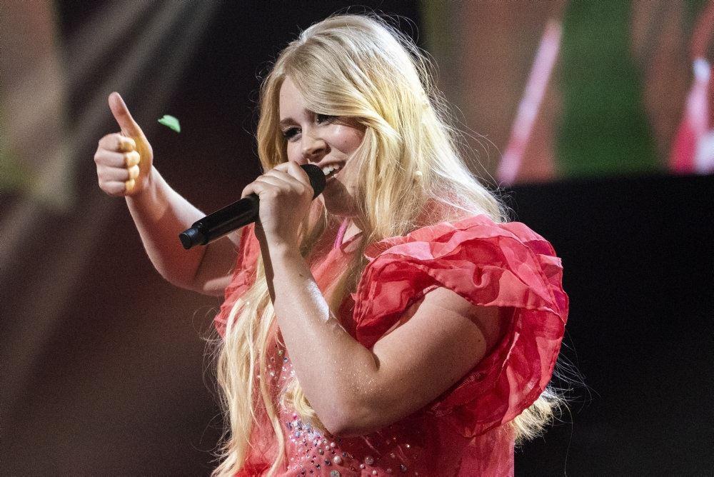 Nikoline Steen Kristensen på scenen i X Factor finalen.