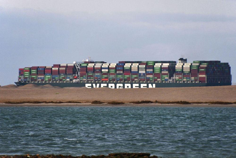 """Skibet """"Ever Given"""" der kigger i et bassin ved Suezkanalen."""