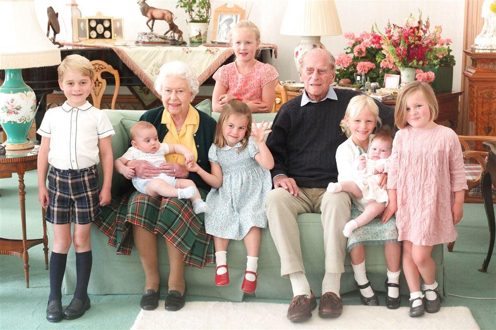 Kongefamilien med 7 oldebørn i en sofa