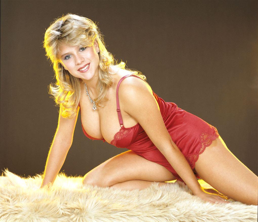 En barmfager Samatha Fox i rødt lingeri.