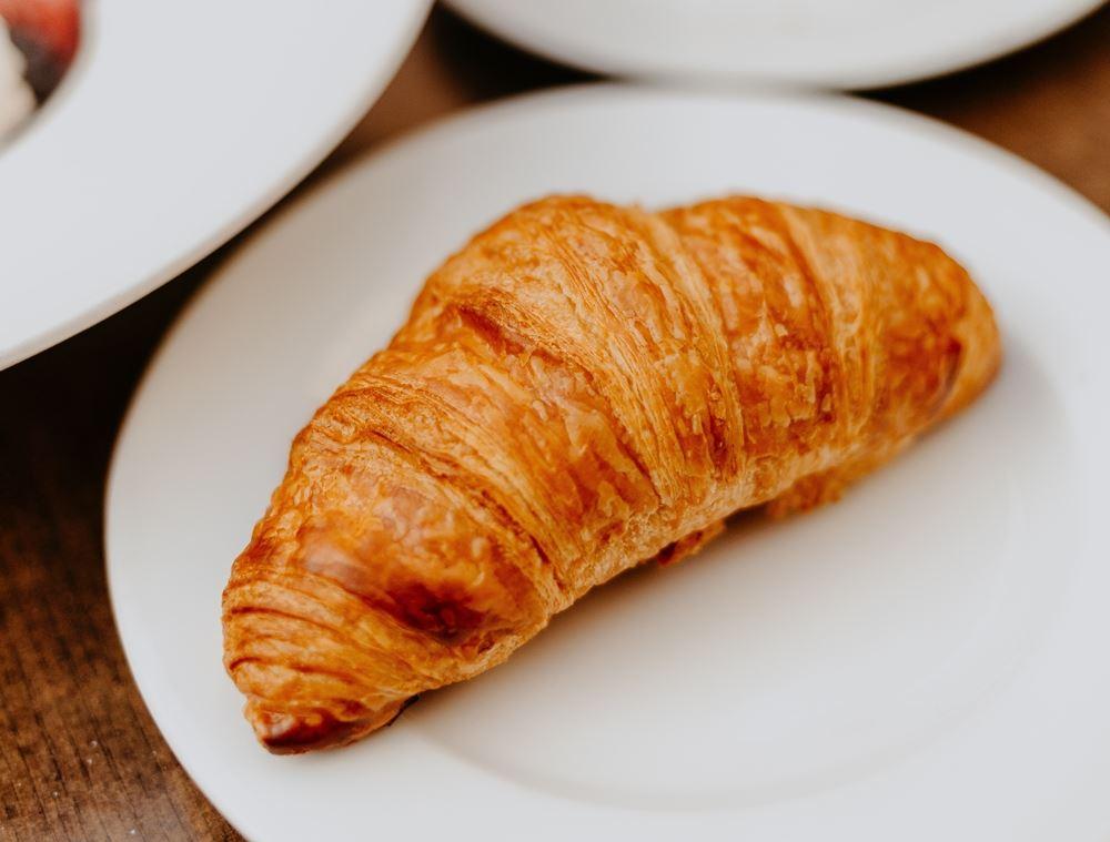 croissant ligger på tallerken