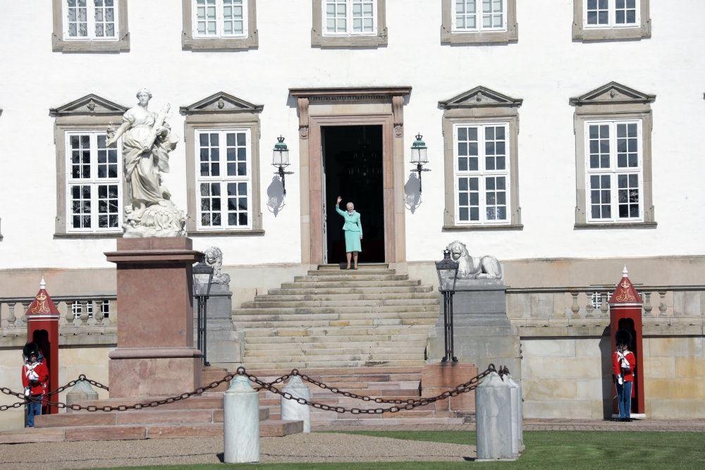 Margrethe vinker fra dør på slot