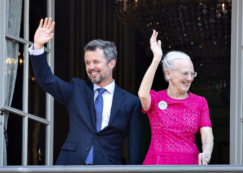 Frederik og Margrethe vinker fra balkon