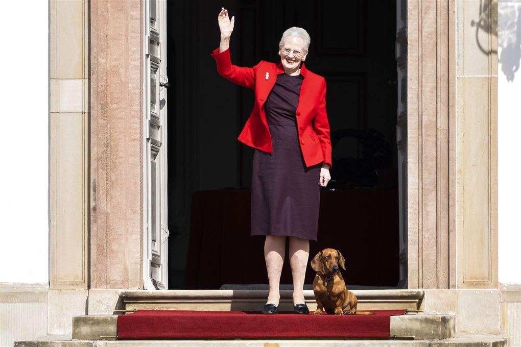 Dronning Margrethe vinker med gravhund ved sin side