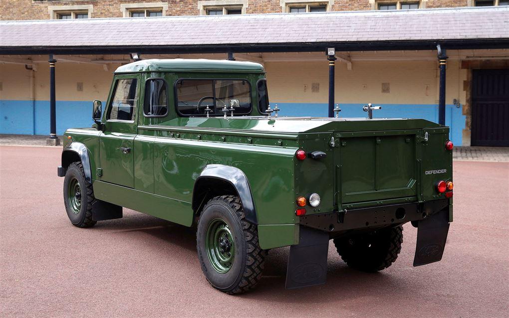 En mørkegrøn Land Rover lavet som rustvogn