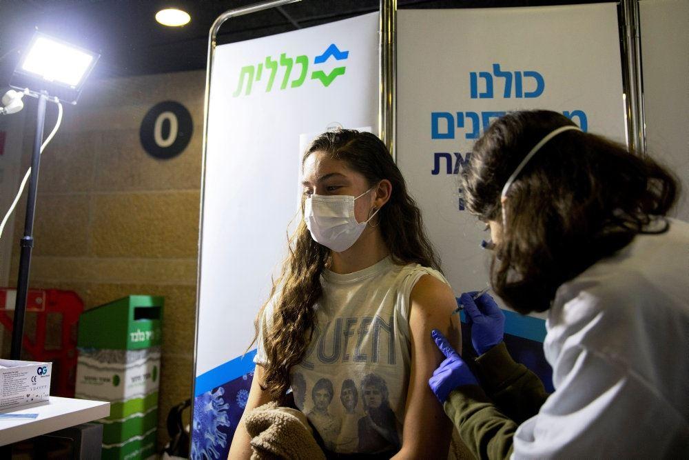 En ung kvinde vaccineres